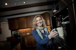 Kaffekos: - Den fancy kaffemaskinen er det Stein som har investert i. Jeg aner ikke hva den koster, sier hun. Hun giftet seg for andre gang med SAS-piloten Stein R�sberg i Paris.   Foto: Anita Arntzen / Dagbladet