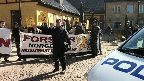 MOTDEMO: Et 30-tall personer fra SOS Rasisme møtte fram for å demonstrere mot NDL 9. april i fjor. Flere kjente godt til at SOS Rasisme hadde folk på innsiden av NDL. Det var et stor politioppbud på demonstrasjonen. Foto: Øistein Norum Monsen/DAGBLADET