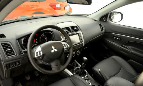 GODT UTSTYRT: I likhet med i Subaruen f�r du en godt utstyrt ASX til en hyggelig pris. Skinnsetene er gode, men den opplevde materialkvaliteten er ikke like god som i XV. Foto: ANDREAS HANDELAND