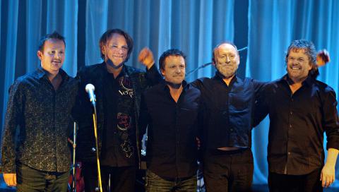 ALLE MANN ALLE:  Fra v. H�var Bendiksen - gitar, Jan Eggum, Trond Viggo Sol�s - bass, Halvdan Sivertsen og Rune Mathisen - trommer. Foto: Anders Gr�nneberg