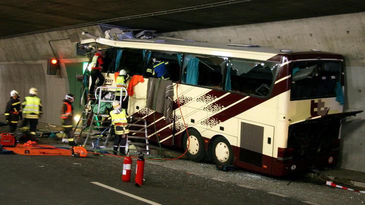 DET F�RSTE BILDET:   Dette var situasjonen som m�tte politi og rednignsmannskaper da de kom til �stedet i tunnelen etter at bussen smalt inn i en n�dlomme klokka 21.15 tirsdag. FOTO: POLITIET/AP/SCANPIX.