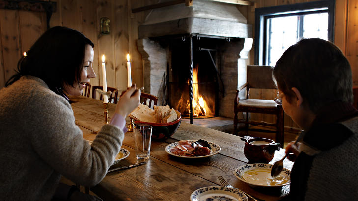 R�MMEGR�T:P� Maihaugen handler mye om tid, om fortid og om tid for mat. I gjestestua smaker tradisjonskosten med en ekstra piff fra omgivelsene. Kristin Sokollek og Trine Gr�nn Iversen koser seg med r�mmegr�ten. Foto: OLE C.H THOMASSEN