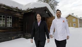 PAR I MAT Kristin og Sigfried Sokollek driver Tid for Mat som st�r for serveringen p� Miahaugens kafe. De serverer ogs� tidsriktige m�ltider med fortellinger i historisk milj�. Foto: OLE C.H. THOMASSEN