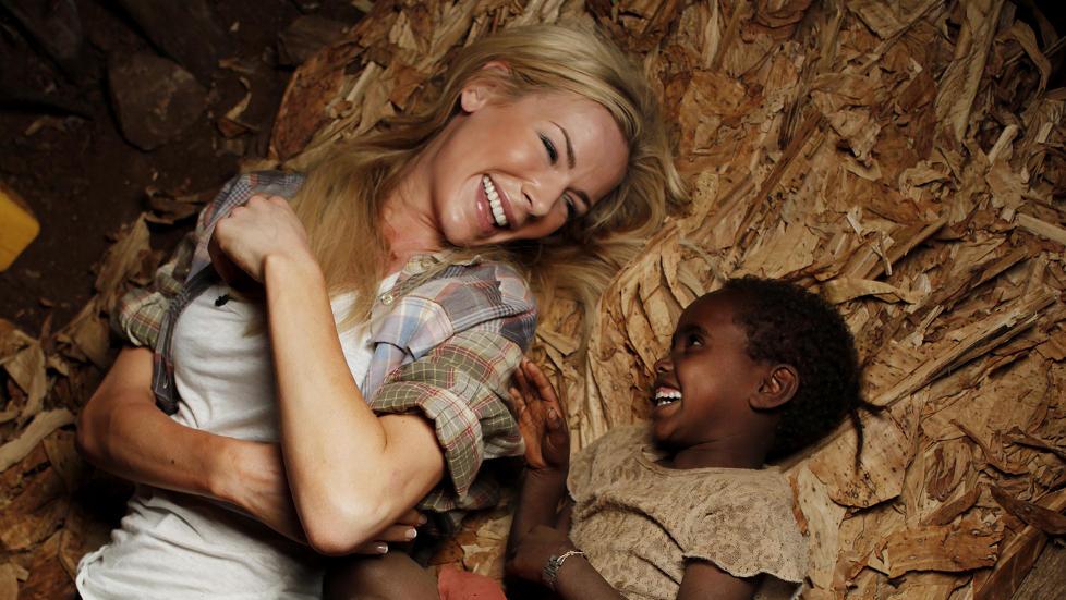 KNYTTET N�RE B�ND: Fem �r gamle Enare fra Etiopia fikk en helt spesiell plass i Gunhild Stordalens hjerte. - Hun kilte meg og l�rte meg sanger. Foto: Erik Thallaug