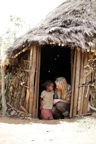 FIKK OMVISNING: Lille Enare viste Gunhild Stordalen rundt i jordhytta der hun bor sammen med familien sin. Foto: Erik Thallaug