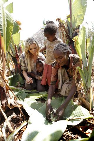 URETTFERDIG: Stordalen mener det er urettferdig at det er barn som Enare som betaler prisen for klimaendringene, som det i stor grad Vesten er skyld i. Foto: Erik Thallaug