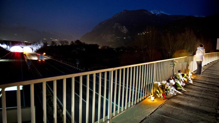 STILLE ETTER TRAGEDIEN:  D�dofrene ble minnet i g�r kveld fra en motorveibro like foran tunnelen der bussen kj�rte i veggen. Foto: John T. Pedersen / Dagbladet