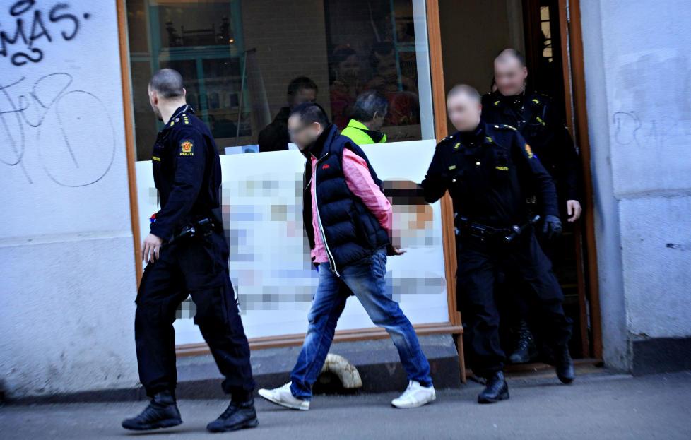 P�GREPET:  Politiet gikk til aksjon mot 36-�ringen fra Romerike da han ankom arbeidsplassen i dette reisebyr�et p� T�yen onsdag morgen. Inne i lokalet ble han kroppsvisitert, f�r han ble f�rt bort i h�ndjern til en sivil politibil. Foto: JACQUES HVISTENDAHL
