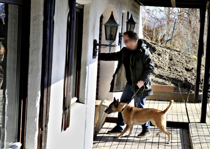 NARKOHUND: Politiet brukte narkotika- og v�penhunden �Lille� under den omfattende ransakingen av 36-�ringens bolig p� Romerike, en stor tyrolervilla. Foto: JACQUES HVISTENDAHL