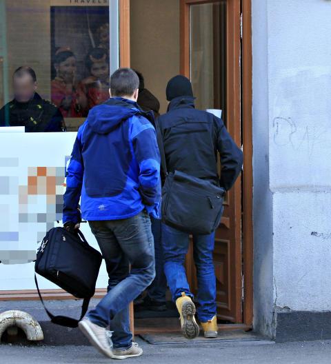 OMFATTENDE RANSAKING: Flere politifolk i sivil deltok i aksjonen mot reisebyr�et.