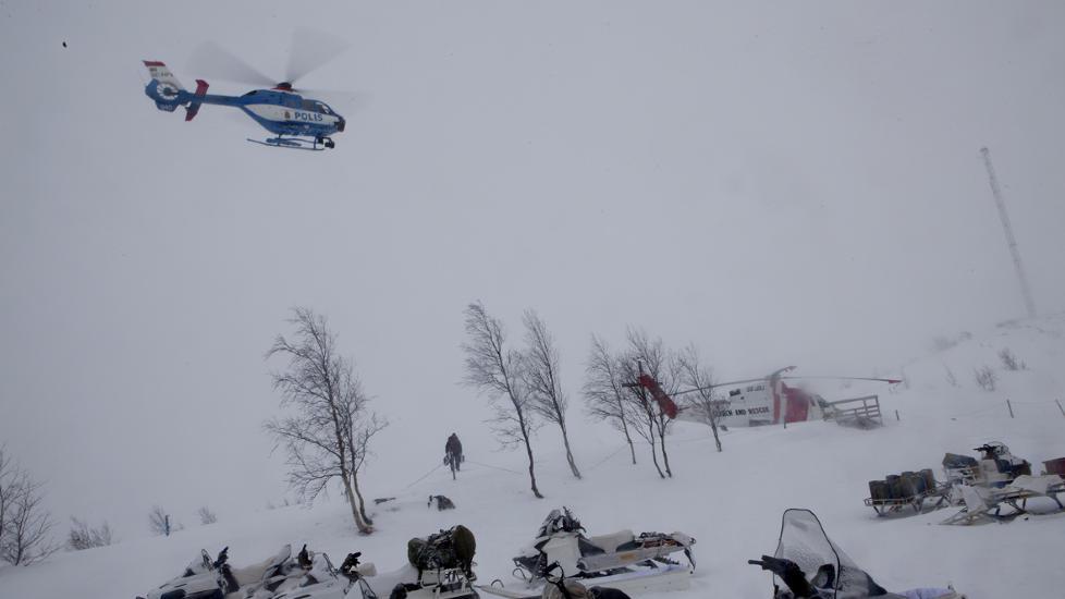 LETEAKSJON: Kebnekaise Fjellstue er gjort om til utgangspunkt for hjelpemannskaper p� leting etter det forsvunnede Herculesflyet.  Det er tidvis tette byger i omr�det. Foto: Anita Arntzen / Dagbladet