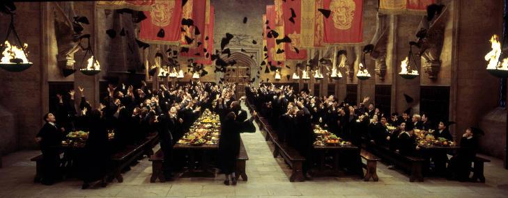 SPISESALEN: Klassisk scene fra Harry Potters siste skoledag på Galtwort. Filminnspillingen foregikk i Christ Church College, der dagens Oxford-studenter har sin kantine. Foto: SCANPIX