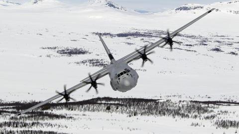 KAN HA STYRTET: Klokka 19 i kveld var det ikke klarlagt om det er vrakdeler fra det savnede Hercules-flyet som er funnet. Foto: Forsvaret