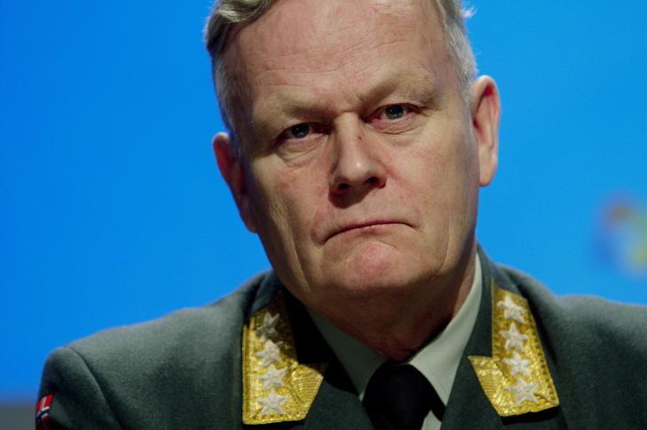 BEKREFTET FUNN: Forsvarssjef Harald Sunde opplyste i kveld at det er funnet vrakrester i fjellsida som lukter parafin. Stoffet er hovedbestanddelen i flydrivstoff. Arkivfoto: Stian Lysberg Solum / Scanpix
