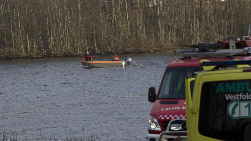 LETEAKSJON: Redningsmannskaper er i gang med s�k etter at en b�t kantret ved Larvik. Foto: Geir Eriksen