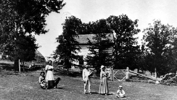 EN MILLION UTVANDRET TIL AMERIKA:  Uten utvandringen p� 1800-tallet, ville vi v�rt 7-8 millioner nordmenn i dag, har professor St�le Dyrvik beregnet. Her et bilde tatt ca. �r 1900 i Forde Home, Winneshick County, Iowa. G�rden ble bygd av norske innvandrere ca. 1860. Foto: SCANPIX.