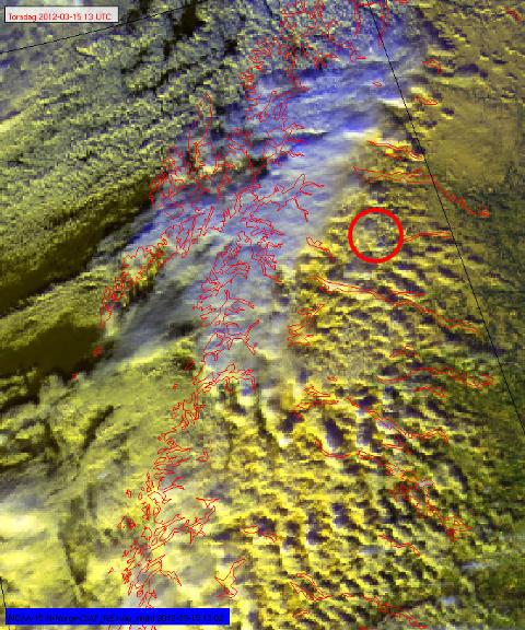 FJELLB�LGER: Satellittbildet er tatt klokka 14.13 torsdag, kort tid f�r Hercules-flyet styrtet. De sm� bl�gr� flekkene er tydelige tegn p� sterk turbulens, sannsynligvis s�kalte fjellb�lger. Innringet er en slik ved Kebnekaise. Foto: V�RVARSLINGEN I NORD-NORGE