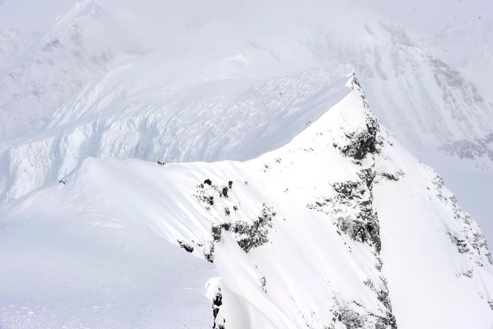 LUMSK: Kebnekaise er beryktet blant flygere for vanskelige v�rforhold. Sterk turbulens forekommer ofte, som p� torsdag, da det norske Hercules-flyet krasjet i fjellets vestside. Foto: FORSVARET