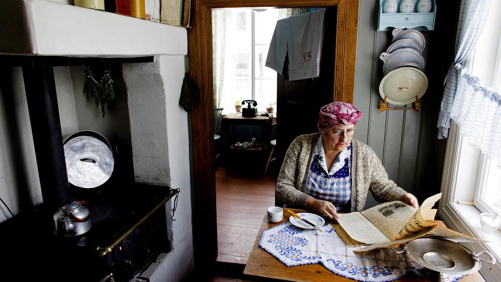 MAIHAUGEN: Anette Simenstad (52)  i tidsriktig antrekk som husfrue anno 1890, i et kj�kken slik som vi kan tenke oss at winerbr�dene p� Maihaugen ble laget den gang oppskriften ble til. FOTO   Ole C.  H. Thomassen