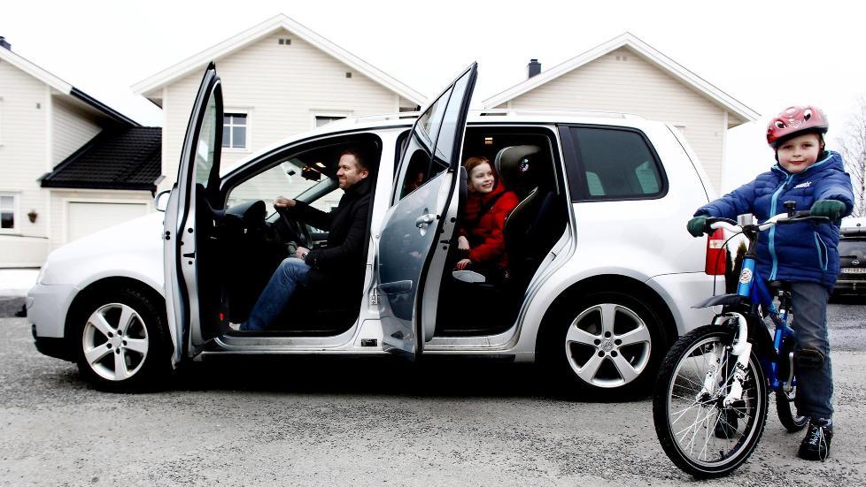 GODT KJ�P: Dag Hantveit er sv�rt forn�yd med sin VW Touran - en bil han har hatt null problemer med. Ogs� ungene Sara (9) og Henrik (6) er glade i Touran-en, som scorer h�yt i tyske Dekras bruktbilstatistikk. Foto: KRISTIN SVORTE