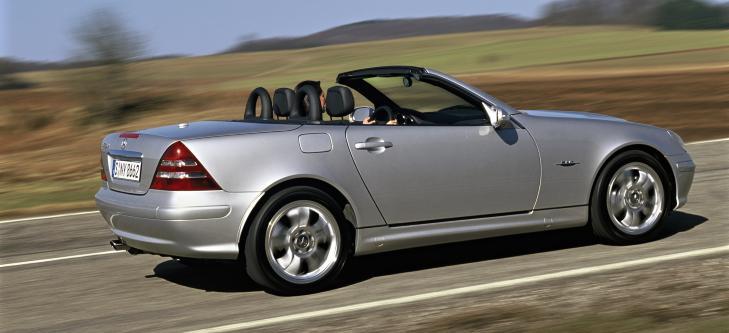 MERCEDES SLK: Dette var den f�rste lille roadsteren som hadde st�ltak som felles ned i stedet for kalesje.