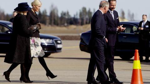 ANKOM OSLO TIRSDAG: Prins Charles og hertuginne Camilla ble møtt på Gardermoen av kronprins Haakon og kronprinsesse Mette-Marit. Prinsen av Wales og hertuginnen av Cornwall er på offisielt norgesbesøk for første gang. Foto: Scanpix