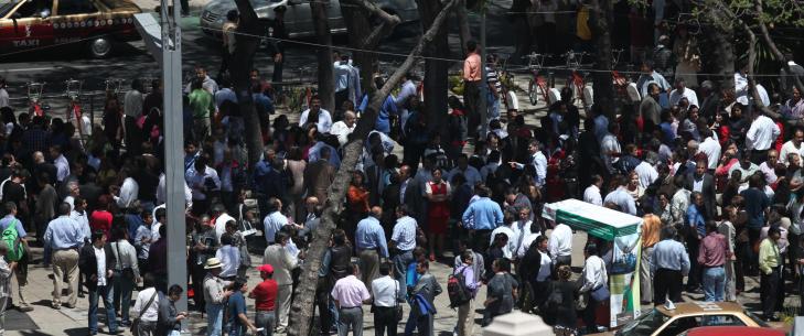 STR�MMET UT I GATENE Frykt og panikk br�yt ut da bygningene i Mexico City begynte � svaie etter jordskjelvet. Folk str�mmet ut i gatene. FOTO:AP Photo/Dario Lopez-Mills