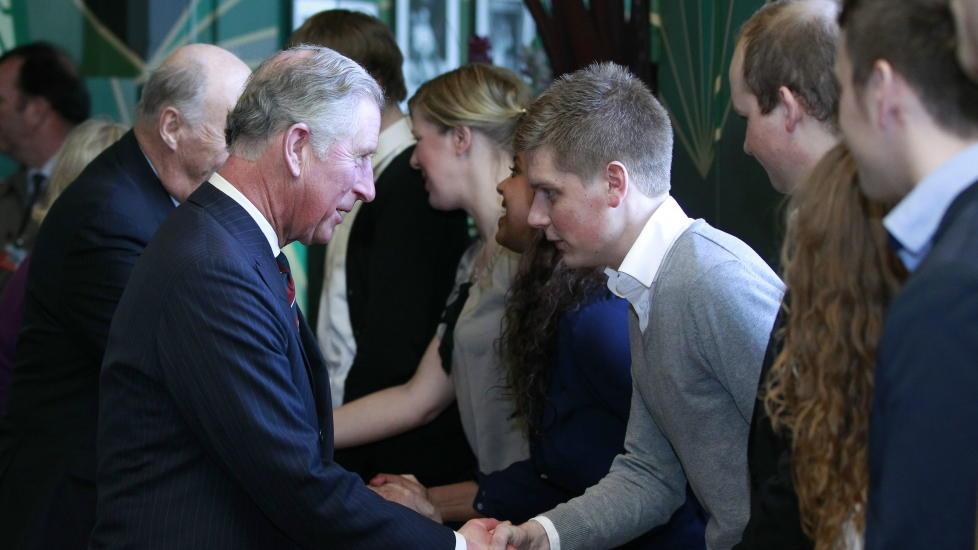HILSTE P�:   Prins Charles hilser p� Lars Hjetland, som overlede angrepet p� Ut�ya den 22. juli i fjor, p� Nobels fredssenter tirsdag.  Foto: Lise �serud / Scanpix