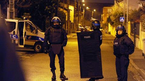 OMRINGET: Store politistyrker har omringet en bolig i Toulouse i Frankrike, på mistanke om at seriemorderen som har herjet byen befinner seg der inne. Foto: Jean-Pierre Muller/AFP/Scanpix