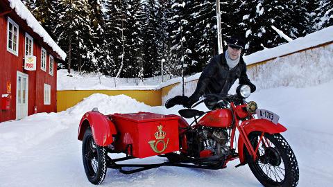 HARLEY: Helge Sognli, konservator og ansvarlig for Postmuseet, viser stolt fram museets flotte Harley-Davidson 1200 cc  1932 med sidevogn.  Motorsykler av denne typen ble blant annet brukt av postkontorenes �kasset�mmere� i arbeidet med � t�mme postkassene som var plassert rundt i byene.  Foto: OLE C.H. THOMASSEN
