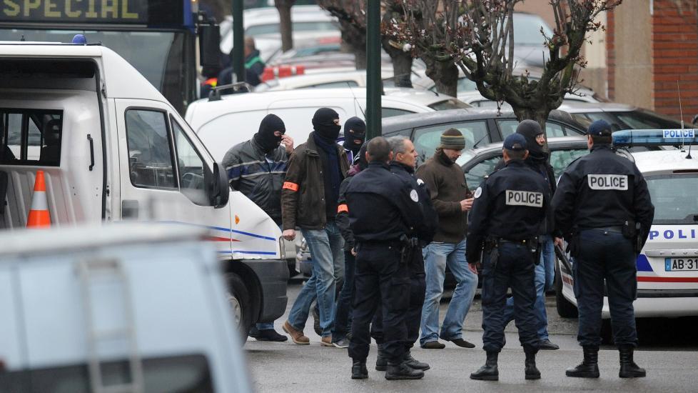 HARDE FORHANDLINGER:  24 år gamle Mohammed Merah har forskanset seg inne i en leilighet i bydelen Croix-Daurade, sørvest i byen Toulouse i Sør-Frankrike. Foto: REMY GABALDA / AFP PHOTO