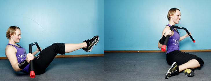 Havfruen:  Sitt p� skr� som vist p� bildet. Senk s� overkroppen mens bena rettes ut. G� fra denne utstrakte posisjonen til at du roterer over p� andre siden igjen. Vil du ha det vanskeligere, strekk armene ut bak hodet. Trener skr� og rette bukmuskler. Foto Kristin Svorte/ Dagbladet
