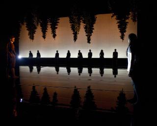 SKOGENS SUS: Tine Schwabs scenografi tar publikum med inn skogen - og dessuten til fossen og inn p� pikerommet. Foto: Erik Berg, Den Norske Opera & Ballett.
