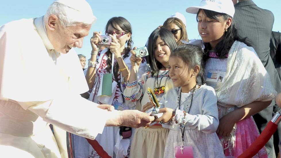 POPUL�R: Pave Benedikt XVIs popularitet er forel�pig ikke p� niv� med forgjengerens, John Paul II, men skal v�re stigende etter at han ig�r ankom Mexico p� sin f�rste tur til den spansktalende delen av Latin-Amerika. Her m�ter han tilhengere i den meksikanske byen Leon. Foto: REUTERS/Osservatore Romano