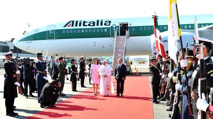 CELEBERT: Pave Benedikt XVI sammen med Mexicos president Felipe Calderon (til h�yre) og f�rstedame Margarita Zavala ved ankomsten til Silao's internasjonale flyplass i Guanajuato ig�r. Foto: AFP/OSSERVATORE ROMANO