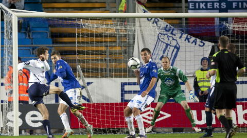 DR�MMETREFF: Espen Bugge Pettersen ble tilskuer til at ballen fl�y opp i vinkelen. Foto: Svein Ove Ekornesvaag / Scanpix