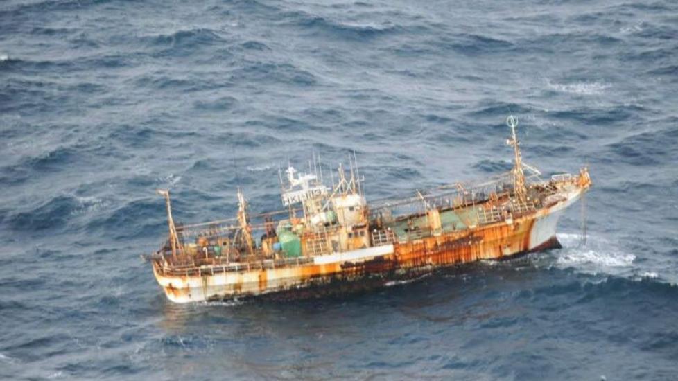 FLYGENDE HOLLENDER:  Dette fiskerfart�yet har seilt alene siden det ble dratt til havs av tsunamien i Japan for et �r siden. Foto: AP Photo/Canadian Department of National Defence via The Canadian Press/Scanpix