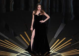 SEXY PRISUTDELER: Jolies høyrebein fikk luftet seg både på den røde løperen og på scenen. Foto: Kevin Winter / Getty Images / AFP