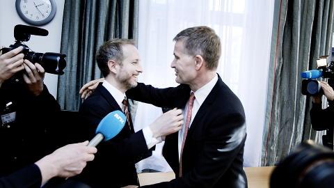 OVERREKKER OG OVERSKYGGER: Erik Solheim tok stor plass da han overrakte vervet som milj�vernminister til B�rd Vegar Solhjell. Foto: Christian Roth Christensen/Dagbladet
