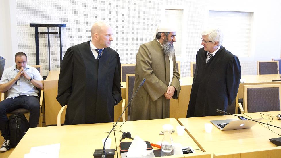D�MT: Mulla Krekar anket dommen p� fem �rs fengsel. Her med sine forsvarere Brynjar Meling og Arvid Sj�din. Foto: Bj�rn Langsem / Dagbladet.