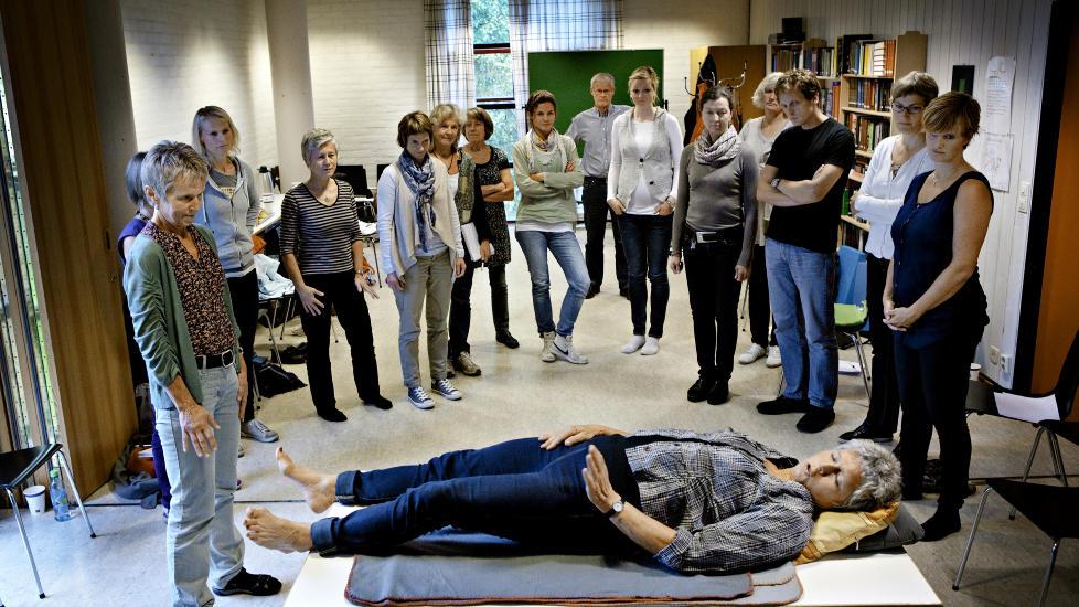P� benken: I elleve �r har fysioterapeutene Kirsti Leira og Britt Fadnes samarbeidet med hjerneforsker Per Brodal om � utvikle en metode de mener kan gj�re terapi og tabletter overfl�dig. N� l�rer de opp andre fysioterapeuter.  Foto: J�rn H. Moen / Dagbladet