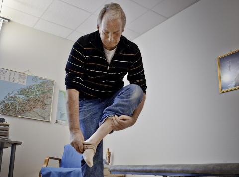 Av med skoene: Etter 20 �r m�tte Arnfinn Warwik veggen. Han havnet p� sykehus og ble satt p� tabletter,  men det ble ikke bedre f�r han l'�ret seg enkle metoder for � takle hverdagen. Her Johan Arnfinn Warvik.