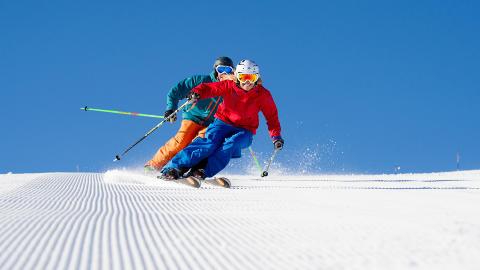 FULL FART: Skiforholdene i Trysil er gode. Her fra sist helg med Frida Andersson og Oskar Cederg�rdh i farta.  Foto: OLA MATSSON