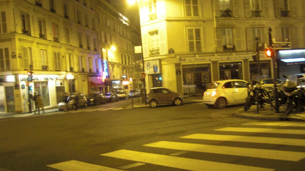 RUE FONTAINE: P� hj�rnet av rue Fontaine og rue Pigalle starter romanen �Maigret g�r p� bar� (1951). Boka foreg�r i Montmartre-str�ket, spesielt i striptease-bula Picratt's, som aldri har eksistert andre steder enn i Simenons fantasi. Men forfatteren skrev ut fra en rik erfaring b�de med skjenkesteder og klientell i omr�det. Foto: FREDRIK WANDRUP