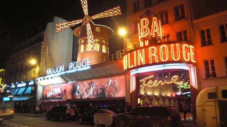 PLACE PIGALLE: Her ligger nattklubben Moulin Rouge, som ble bygd i str�ket Montmartre i 1889. Den ber�mte, lysende vindm�lla er et landemerke i det s�kalte forn�yelsesstr�ket rundt place Pigalle, der flere av forbrytelsene inspekt�r Maigret etterforsker har sitt utspring. Gjennom omr�det g�r boulevard de Clichy, som er omkranset av en rekke atskillig m�rkere bakgater. Foto: FREDRIK WANDRUP