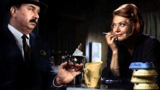 P� BAR: Inspekt�r Maigret spilt av Gino Cervi og bartenderen Rose, spilt av Lila Kedrova, i den italienske filmen �Maigret a Pigalle� (1966), bygd p� romanen �Maigret au Picratt's�.