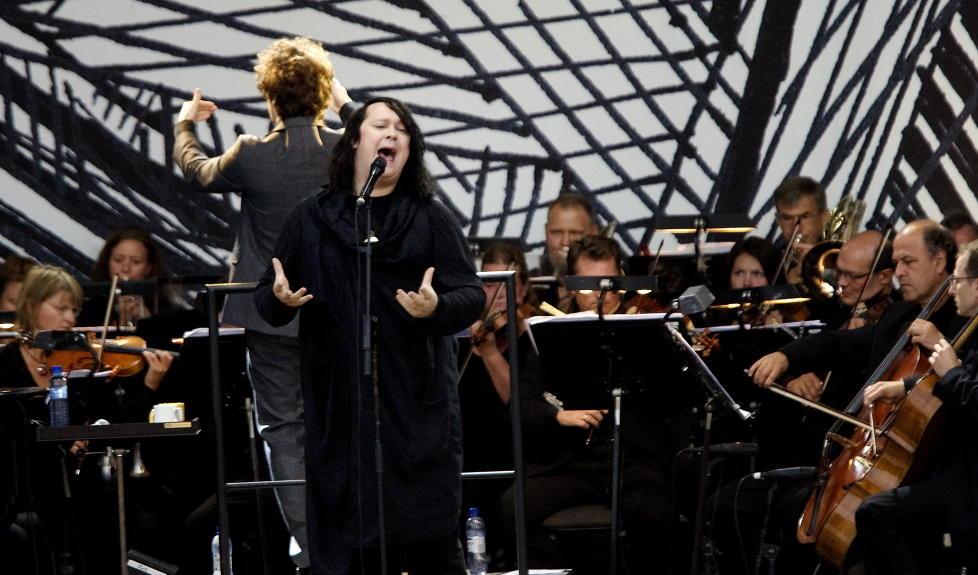 STORFORMAT:  Antony Hegarty er vel  kjent med stor orkesterledsagelse. Her er han sammen med Operaorkesteret i 2009, til sommeren stiller han med The Johnsons og TrondheimSolistene under Moldejazz. FOTO: TORBJ�RN GR�NNING/DAGBLADET