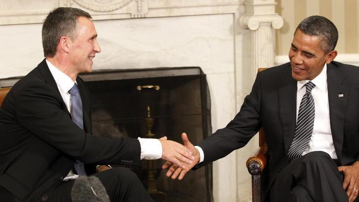 HANDSHAKE:  Stoltenberg fikk til og med ta Obama i lanken da de to møttes i Det hvite hus. Foto: Lise Åserud / Scanpix