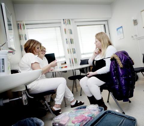 STOR LEVERING: Linda Torseth har med en full koffert med ullplagg til Elverum sykehus. Sykepleier Elin Haraldsen og avdelingssykepleier Reidun Nordbach beundrer sm� luer og sokker.  Foto: Anita Arntzen