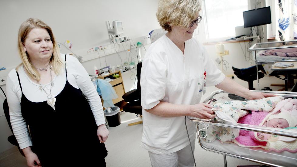 VARME: Lille Milena (3 mnd.) nyter godt av varmen fra Linda Torseth (t.v.) - og omsorgen fra avdelingssykepleier Reidun Nordbach. Foto: Anita Arntzen